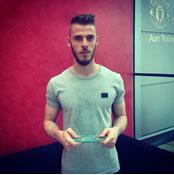 Photo: David De Gea shows off his latest Man Utd award