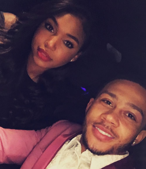 Photo memphis depay all smiles with his girlfriend ahead of west brom