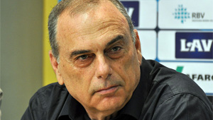 Avram Grant offers advice to Man Utd manager Louis van Gaal