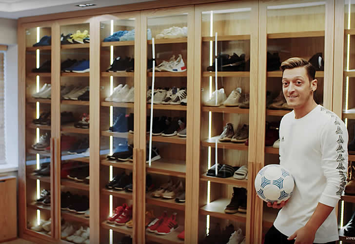 mesut ozil house take a tour of the arsenal star 39 s london. Black Bedroom Furniture Sets. Home Design Ideas