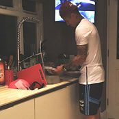 Man Utd star Rojo does the dishes
