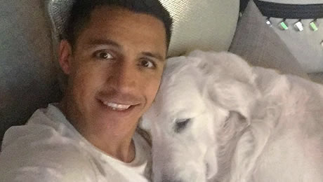 Photo: Alexis Sanchez relaxes with his best friend ahead of Sunderland v Arsenal