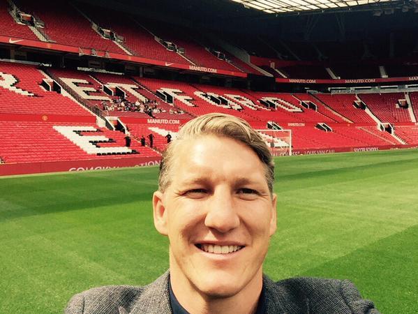 photo man utd signing bastian schweinsteiger snaps old trafford selfie foo. Black Bedroom Furniture Sets. Home Design Ideas