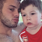 Wilshere poses with son in Arsenal kit