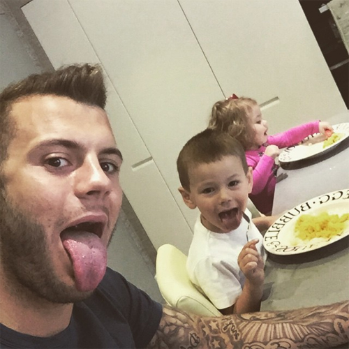 Photo arsenal s jack wilshere keeps his kids amused over breakfast