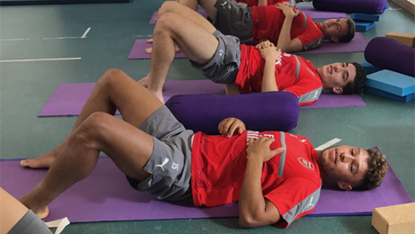 Photo: Oxlade-Chamberlain joins Bellerin for yoga ahead of Arsenal v Middlesbrough